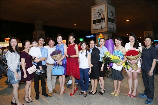 Người thân, bạn bè của Phương Lê chào đón cũng có mặt để chào đón người đẹp.