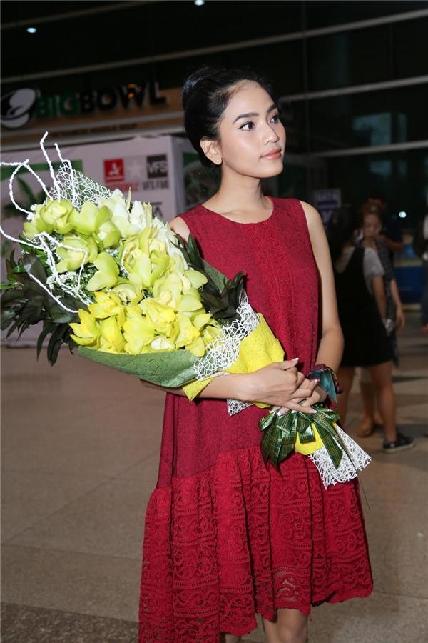 Trong tang phục giản dị nhưng không kém phần tinh tế, Trương Thị May có mặt từ rất sớm để chờ đón người chị thân thiết Phương Lê.