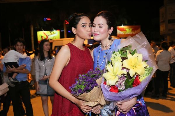"""Phương Lê bị Trương Thị May """"cưỡng hôn"""" giữa chỗ đông người."""