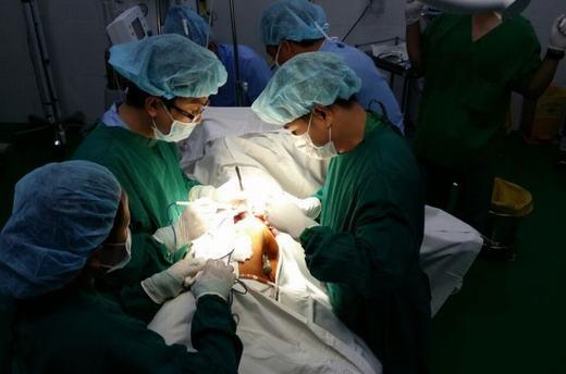 Các bác sĩ phẫu thuật lấythanh sắt ra khỏi ngườianh T. (Ảnh: Tuổi Trẻ)
