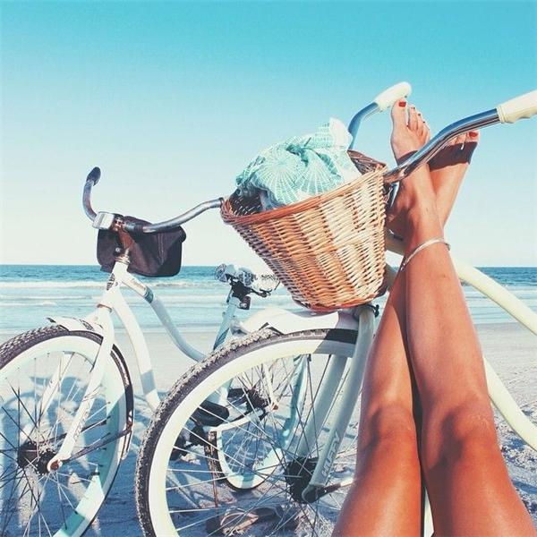 Đạp xe để cơ thể tiếp xúc với ánh nắng vào sáng sớm. (Ảnh: Internet)