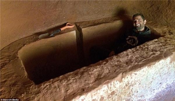 """Ông Angelo ngồi trong """"bồn tắm"""". Được biết, về sau,ông quyết định xây dựng hệ thống vòi hoa sen thay thế bởi chiếc bồn tắm này không thể giữ nước nóng lâu.(Ảnh: Daily Mail)"""
