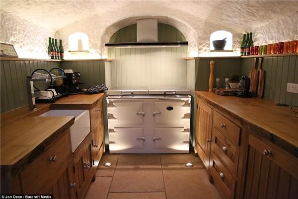 Chính ông Angelo đã thiết kế và tự tay xây dựng nhà bếp.(Ảnh: Daily Mail)