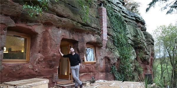 Một khung cửa sổ kính lớn mang ánh sáng tự nhiên vào cho ngôi nhà. Điểm nhấnđặc biệt cho cả ngôi nhà là giàn dây leo xanh mướt phía mặt tiền.(Ảnh: Daily Mail)
