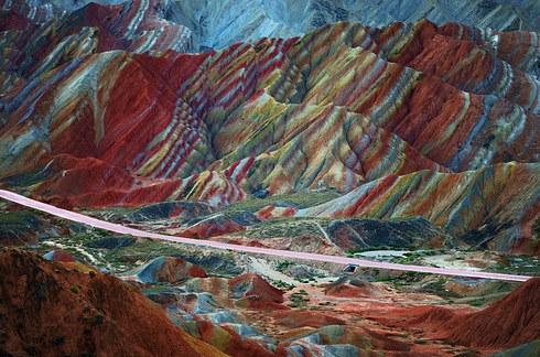 Toàn cảnh dãy núi đá nhiều màu (Ảnh: Internet)