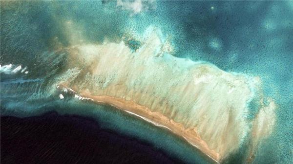 Quần đảo Kiribati được hình thành từ 33 hòn đảo san hô, nằm giữa biển khơi trong xanh như một viên ngọc quý.(Ảnh Google Earth)