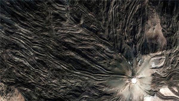Được mệnh danh là nóc nhà của Argentina, ngọn núi lửa Pico del Teide cao 3718m trông như một bức tranh trừu tượng.(Ảnh Google Earth)