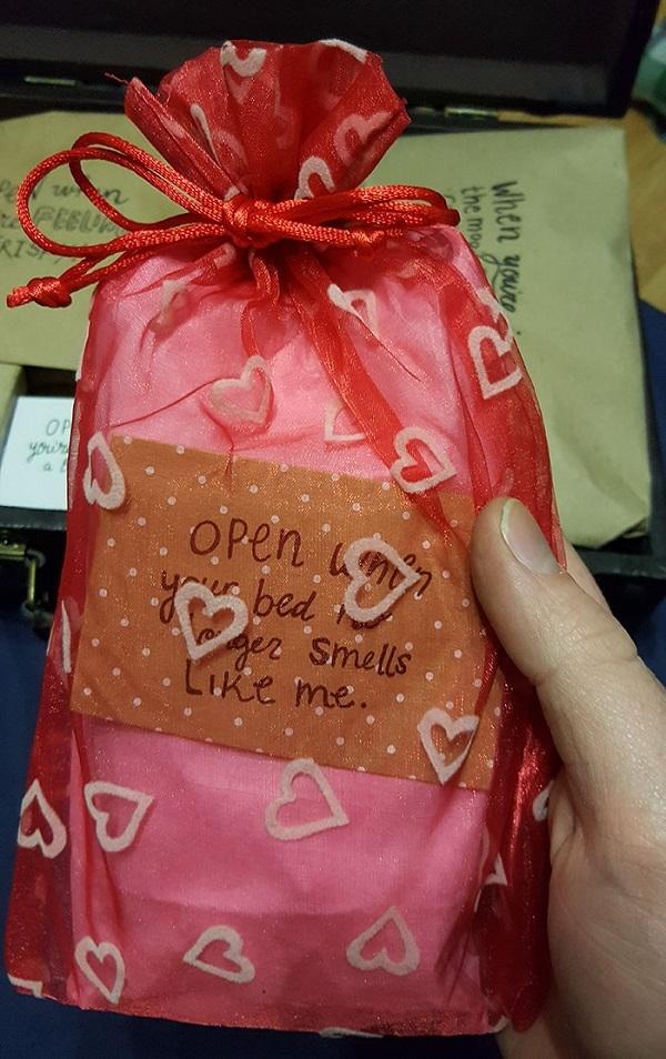 Người yêu đi công tác xa, cô gái tặng 1 vali thư tình kéo gần khoảng cách