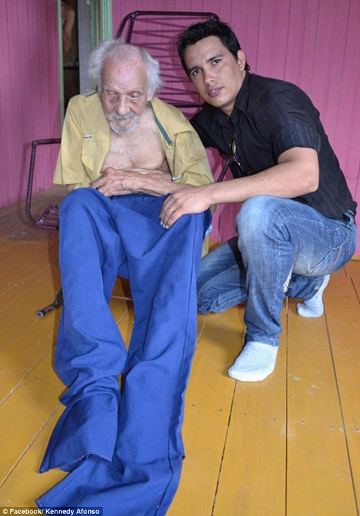 Người nhân viên xã hội có tên Alexandre Santana Inss chụp ảnh cùng cụ ông Joao Coelho de Souza, người được khẳng định là người già nhất thế giới với 131 tuổi. (Ảnh: Daily Mail)