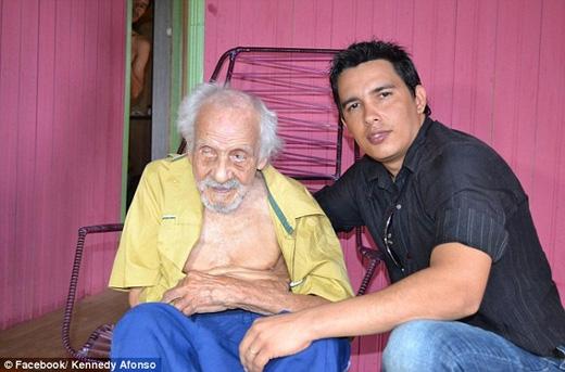 Báo chí Brazil cho biết ông sống cùng một người vợ 62 tuổi, một cô cháu gái 16 tuổi, và một cô con gái 30 tuổi. (Ảnh: Daily Mail)