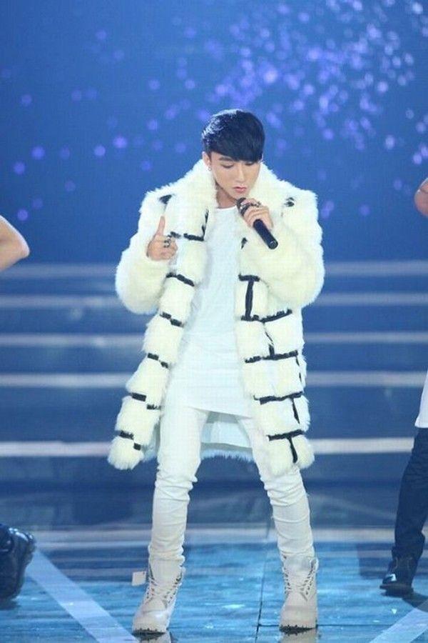 Tại một buổi tiệc âm nhạc vào năm 2014, nam ca sĩ trẻ gây ấn tượng trên sân khấu khi diện chiếc áo khoác lôngcó màu trắngnhẹ nhàng. Thiết kế tạo điểm nhấn bởi những đường kẻ caro bản lớn tương phản về màu sắc.