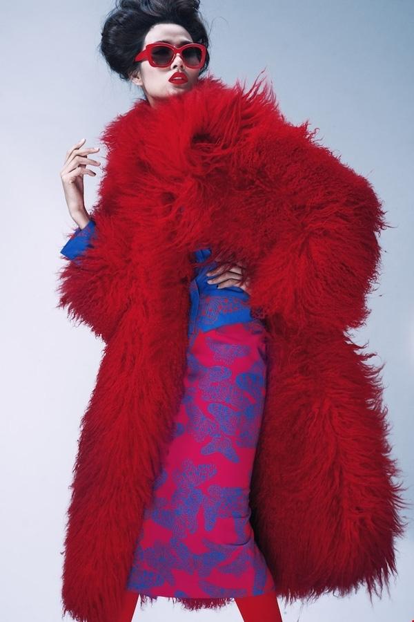Chiếc áo lông đỏ mà Sơn Tùng diện tại TP. HCM là một thiết kế dành cho nữ giới nằm trong bộ sưu tập Thu - Đông 2013 của nhà thiết kế Đỗ Mạnh Cường.