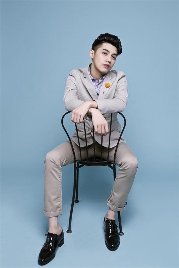 Chàng ca sĩ điển trai thường hay áp dụng công thức phối trang phục tông xuyệt tông với những gam màu trầm, trung tính. Một vài điểm nhấn nhỏ ở các phụ kiện hay phần ben, túi, cổ áo giúp tổng thể trở nên bắt mắt hơn.