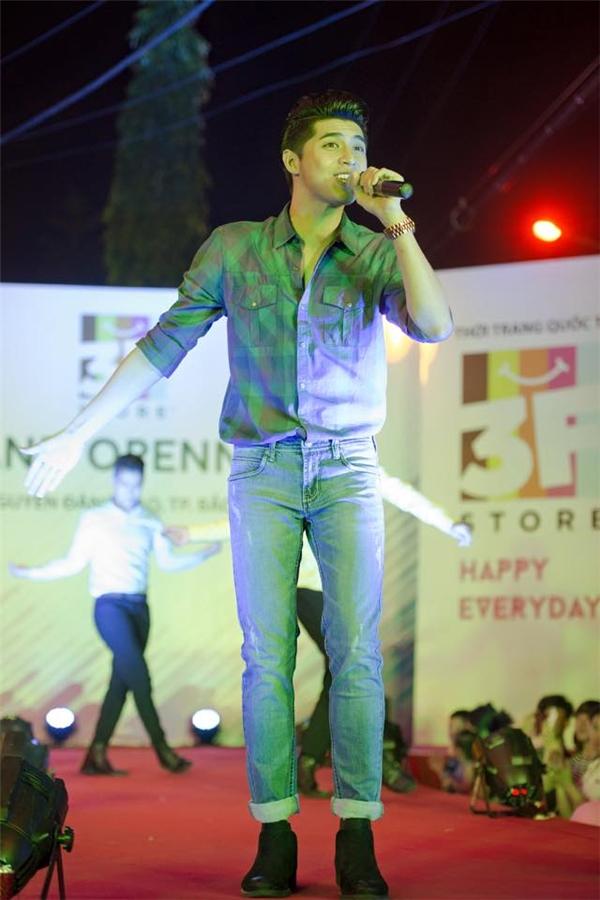 Hình ảnh trẻ trung, đơn giản khó bắt gặp của Noo Phước Thịnh trên sân khấu với áo sơ mi kết hợp quần jeans.