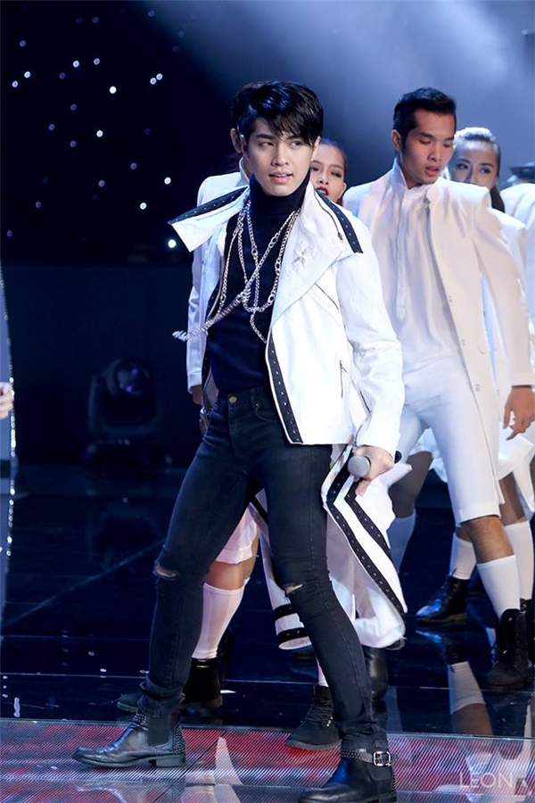Những trang phục jeans, da luôn được kết hợp cân đối về tỉ lệ giúp Noo Phước Thịnh trông khá nhẹ nhàng, thoải mái trên sân khấu biểu diễn.