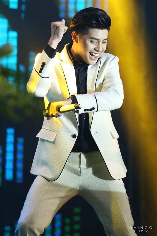 """Noo Phước Thịnh """"phù thủy"""" thời trang trên sân khấu"""