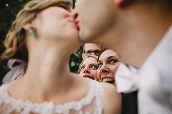 Bức ảnh nụ hôn cô dâu chú rể đầy ganh tị(Ảnh:Ken Pak)