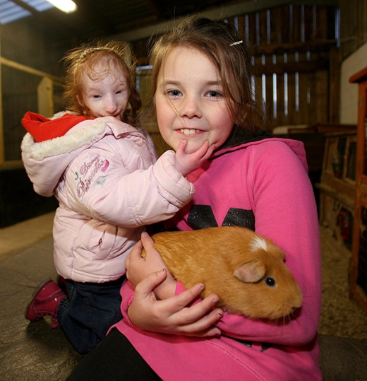 Charlotte cùng người chị gái Sophie và một chú chuột lang khổng lồ (Ảnh: Barcroft)