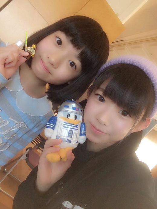 Trông họ không khác gì hai chị em. Trên thực tế, thiếu nữ 19 tuổi là người đang cầm hình nộm R2D2.(Ảnh: nagasawa_marina)