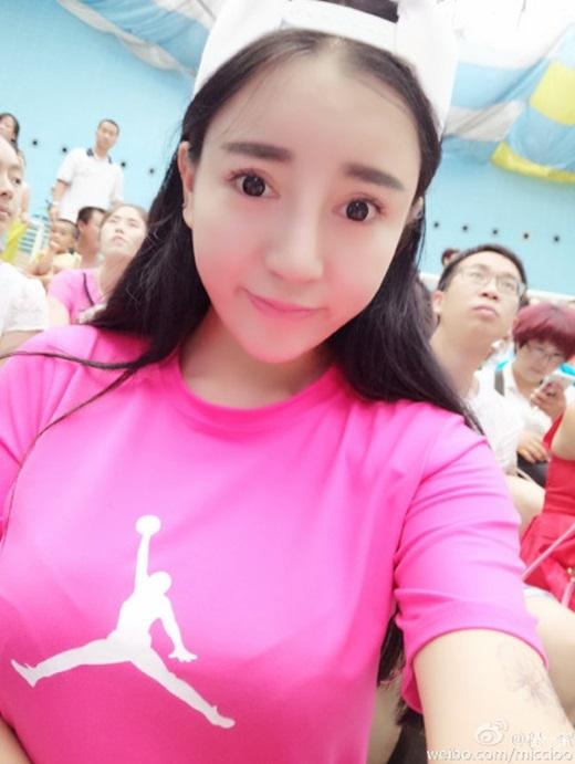Trên Weibo,Trình Nhất Mậtcập nhật thông tin mình sinh năm2000, nhưng truyền thông Trung Quốc cho rằng cô sinh năm 1990. (Nguồn Weibo)