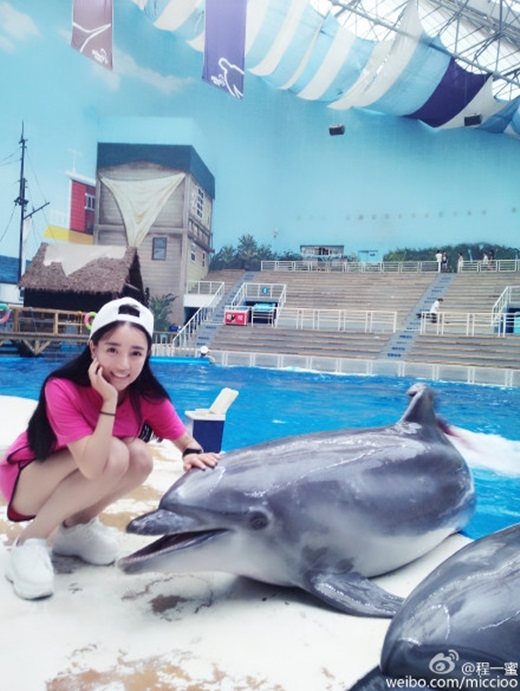 Khi trút bỏ lớp trang điểm dày, nhìn Trình Nhất Mật cũng xinh xắn, trẻ trungkhông khác gì cô nữ sinh 16 tuổi. (Nguồn Weibo)