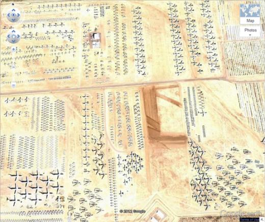 """Đây là cảnh từ căn cứ không quân Davis Monthan ở Tucson, Ariz nhìn từ trên không. Nằm tại tọa độ 32 08'59.96"""" N, 110 50'09.03""""W, nơi đây tập hợp hàng ngàn máy bay quân sự từng được sử dụng tại Thế chiến thứ 2. Tất nhiên, phần lớn chúng đã bị hư hỏng. (Ảnh: Internet)"""