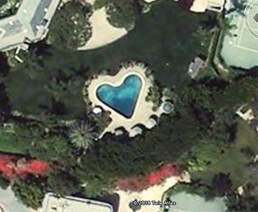 Bên trong khuôn viên một biệt thự ở bang California (Mỹ) với bể bơi hình trái tim. (Ảnh: Internet)