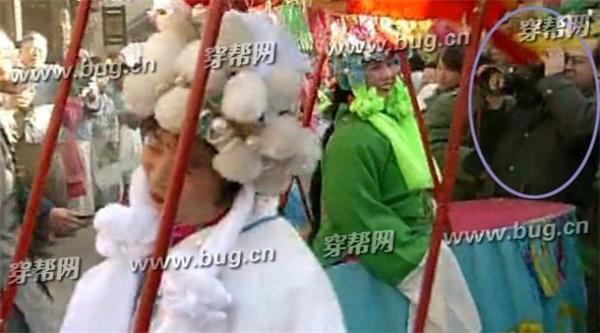 Trong cảnh hoàng thượng mang Tiểu Yến Tử và mọi người đến hội chùa, một thành viên trong nhóm quay phim của đoàn sản xuất đã bị lọt vào ống kính.