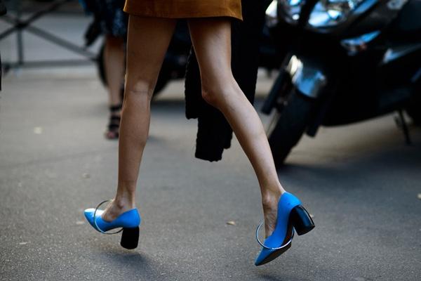 | Các tín đồ thời trang trên thế giới đang tích cực lăng-xê mốt giày này với nhiều kiểu biến tấu khác nhau ở phần đế cùng màu sắc ,chất liệu.