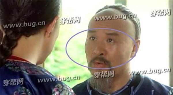 Tuy nhiên khi đến nơi, khuôn mặt của Hồ thái y lại thay đổi. Có lẽ là vì đoàn làm phim gặp trục trặc phải thay đổi diễn viên giữa chừng.