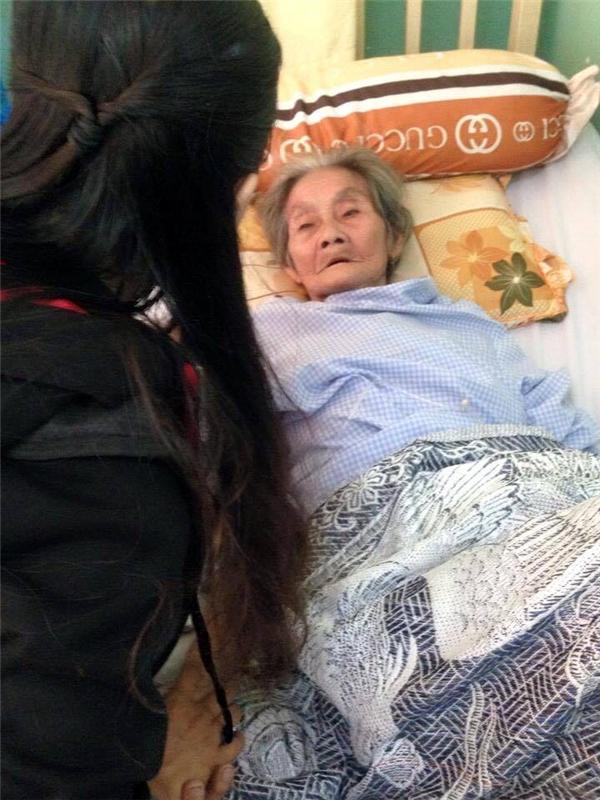 Nhiều bạn trẻ biết được thông tin bà bị tai nạn đã đến tận bệnh viện thăm hỏi và giúp đỡ bà.(Ảnh: Hong Hanh)
