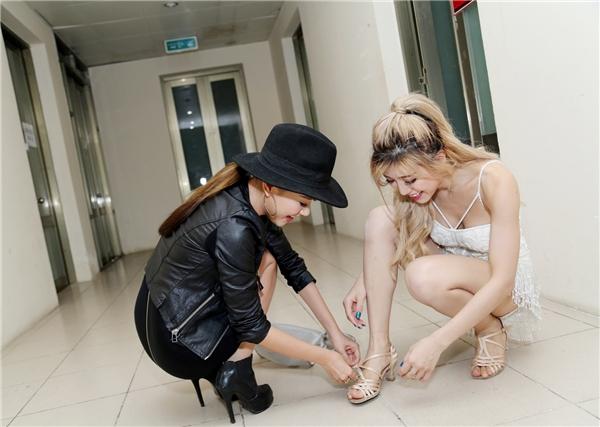 Biết bạn bị đau chân, Băng Di không ngại cúi người giúp bạn đi giày một cách không thể chu đáo. - Tin sao Viet - Tin tuc sao Viet - Scandal sao Viet - Tin tuc cua Sao - Tin cua Sao