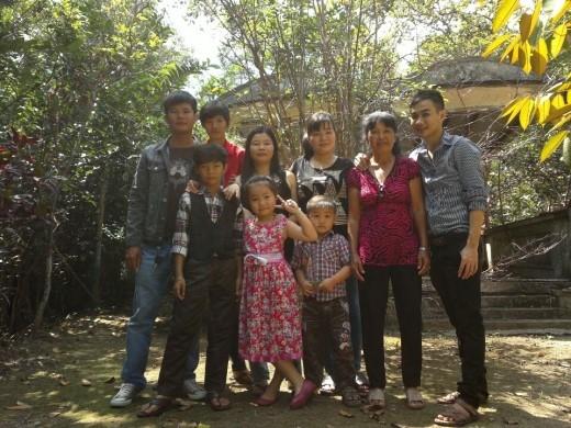 Gia đình ở quê nhà của anh Điền.