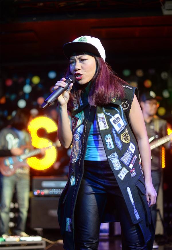 Đến với buổi tiệc này, Hà Trần diện trang phục cá tính, mạnh mẽ. - Tin sao Viet - Tin tuc sao Viet - Scandal sao Viet - Tin tuc cua Sao - Tin cua Sao