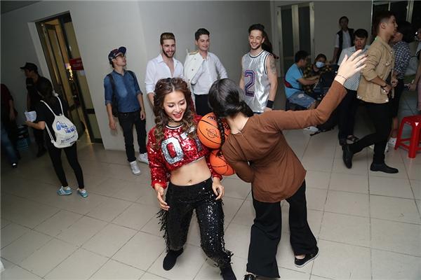 Khả Ngân đùa giỡn cùng một số bạn vũ công - Tin sao Viet - Tin tuc sao Viet - Scandal sao Viet - Tin tuc cua Sao - Tin cua Sao