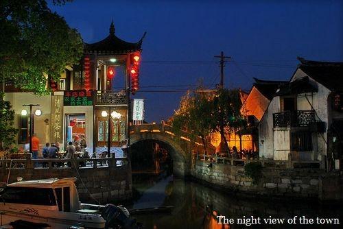 Đặc biệt, vào ban đêm, hàng trăm chiếc đèn lồng đỏ treo trên các tòa nhà dọc hai bờ kênh phát ra thứ ánh sáng ấm áp và giống Hội An đến không ngờ. (Ảnh: Internet)