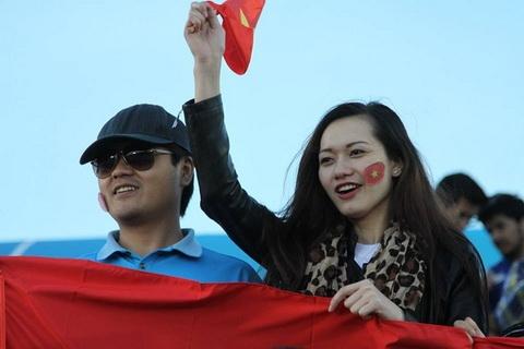 Fan nữ Việt xinh đẹp làm dậy sóng khán đài tại Qatar