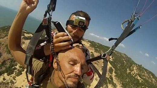 Trải nghiệm vừa cắt tóc vừa nhảy dù ở độ cao 300m cho khách hàng Aleksandr Orlov. Chính Aleksandr đã đề nghị Denis cắt tóc trên không. Và nóđược thực hiện ngay tại Việt Nam. (Ảnh: Internet)