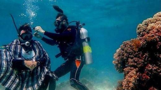 Không chỉ trên bờ, việc cắt tóc còn được thực hiện dưới đáy biển, nơi có những rặng san hô đẹp mắt cùng bầy cá bơi lội xung quanh. (Ảnh: Internet)