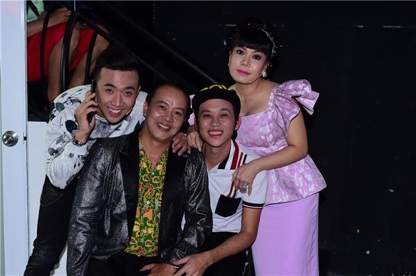 Trong hậu trường chương trình tối qua còn có sự xuất hiện của nam danh hài Hoài Linh. - Tin sao Viet - Tin tuc sao Viet - Scandal sao Viet - Tin tuc cua Sao - Tin cua Sao
