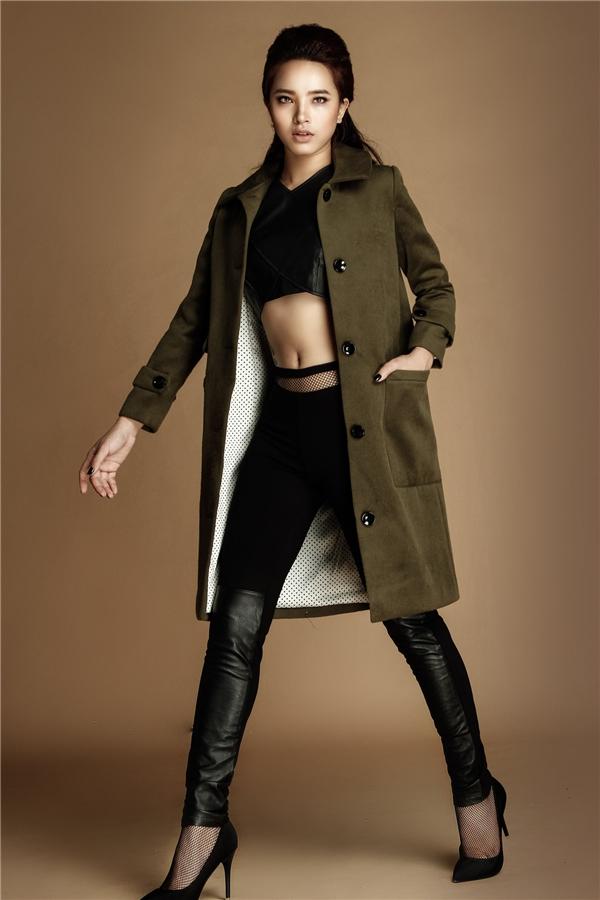 Sử dụng chất liệu da tông đen làm chủ đạo, kết hợp cùng áo khoác xanh rêu, đen đính phụ kiện, Hải Băng làm nhiều người liên tưởng đến nữ hoàng nhạc Kpop - Lee Hyori. - Tin sao Viet - Tin tuc sao Viet - Scandal sao Viet - Tin tuc cua Sao - Tin cua Sao