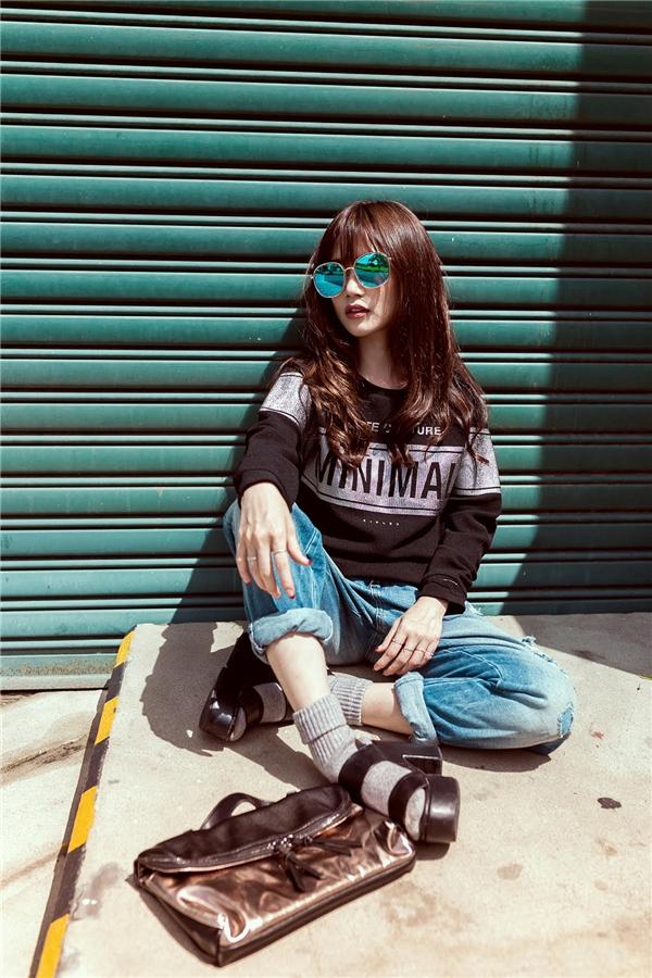 Trong khi đó, những hình ảnh mới với quần jeans rách, áo thun và đặc biệt style đi tất chân kết hợp với giày sandal cao gót tạo nên nét lạ lẫm, cá tính. - Tin sao Viet - Tin tuc sao Viet - Scandal sao Viet - Tin tuc cua Sao - Tin cua Sao