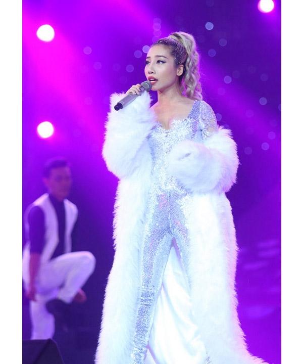 Sở hữu chất giọng nội lực nhưng cả về trang phục và phần dàn dựng của Hằng Bingboong trong liveshow 1 không được đánh giá cao. Riêng về bộ trang phục khiến nữ ca sĩ trông nặng nề, không làm toát lên vẻ năng động, sôi nổi.