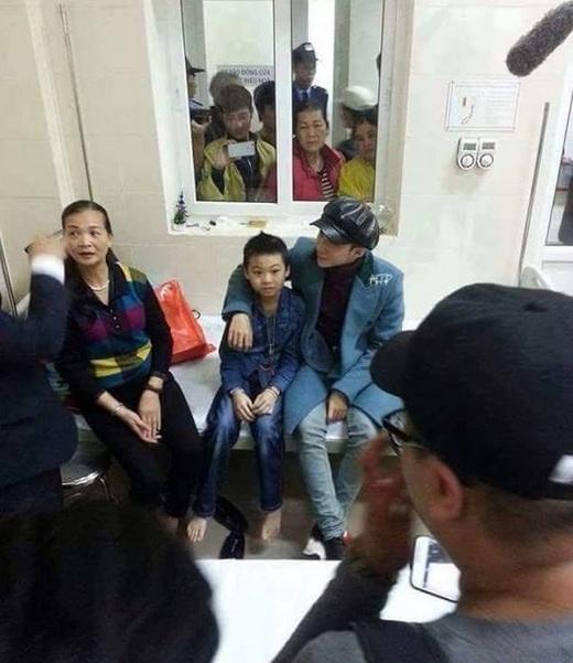 Sơn Tùng thân thiết ngồi cạnh bé Minh tại bệnh viện K3, Tân Triều (Ảnh: Internet) - Tin sao Viet - Tin tuc sao Viet - Scandal sao Viet - Tin tuc cua Sao - Tin cua Sao