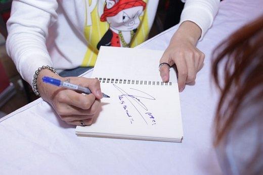 Tỉ mỉ, nắn nót kí tặng cho fan từng cuốn sổ, tấm ảnh... (Ảnh: Internet) - Tin sao Viet - Tin tuc sao Viet - Scandal sao Viet - Tin tuc cua Sao - Tin cua Sao