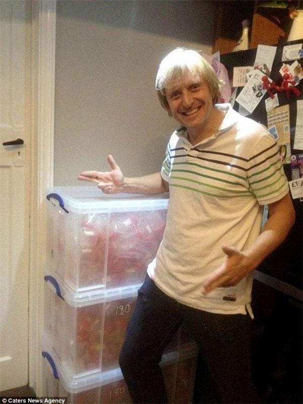 Simon Watson, 41 tuổi,đã có tới 800 đứa con và mỗi tuần lại có thêm một bé ra đời.