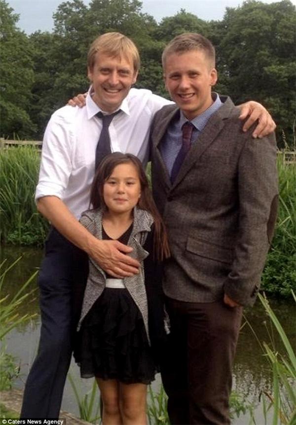 Simon chụp hình cùng con trai cả và con gái. Anh không hề giấu diếm người thân về công việc của mình.