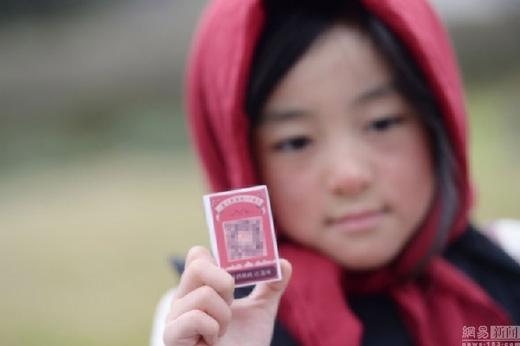 Đây là hoạt động của một tổ chức từ thiện có tên Tủ đồ yêu thương, chuyên hỗ trợ quần áo cho trẻ em vùng núi, giúp các em chống chọi lại cái lạnh khắc nghiệt nơi đây. (Ảnh: fengone)