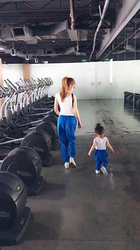 Trước tin đồn thuê người mang thai hộ, Elly Trần đã nhanh chóng phản hồi bằng việc đăng tải hình ảnh Cadie bên cạnh mình vào lúc mang thai Alfie nhằm đập tan dư luận. - Tin sao Viet - Tin tuc sao Viet - Scandal sao Viet - Tin tuc cua Sao - Tin cua Sao