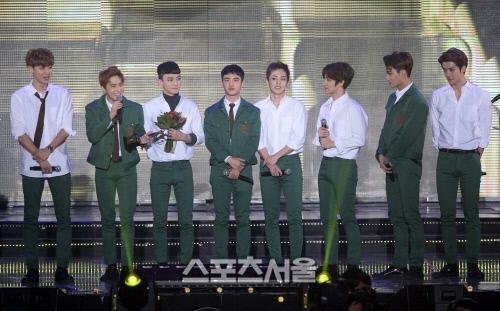 Lập kỉ lục giải thưởng, EXO bị cư dân mạng chê cười